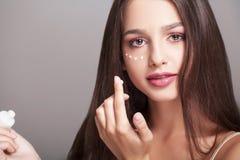 Skóry opieki pojęcie Piękna kobieta Z ręki śmietanką, płukanka Dalej On Obraz Stock