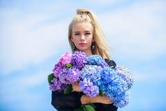 Skóry piękna i opieki traktowanie Delikatni kwiaty dla delikatnej kobiety Czysty piękno Czułość młoda skóra Wiosna obrazy stock