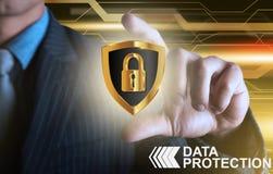 Sköld för affärsmanföretagsuppgiftskydd med finger 2 Arkivfoton