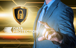 Sköld för affärsmanföretagsuppgiftskydd med handen Arkivbild