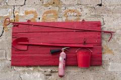 Sköld för röd brand på en stenvägg Royaltyfri Fotografi