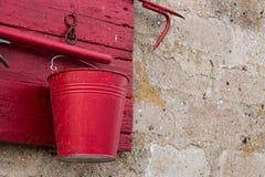 Sköld för röd brand på en stenvägg Arkivbilder