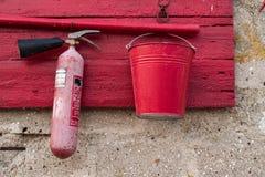 Sköld för röd brand på en stenvägg Royaltyfria Foton