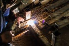 skölden för hjälmen för bågen gnistar den elding ljusa stålsvetsning Royaltyfri Fotografi