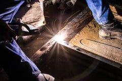skölden för hjälmen för bågen gnistar den elding ljusa stålsvetsning Arkivfoton