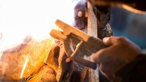 skölden för hjälmen för bågen gnistar den elding ljusa stålsvetsning Royaltyfria Bilder