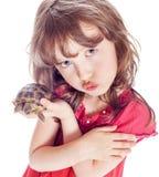 Sköldpadda och en flicka Arkivbild