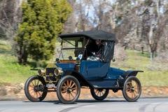 Sköldpaddadäck för 1913 som Ford T kör på landsvägen Arkivfoto