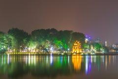 Sköldpaddatorn i Hoan Kiem sjön Arkivfoto