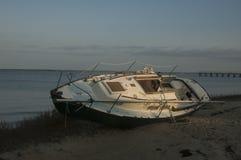 Sköljas upp på stranden skeppsbruten segelbåt Royaltyfri Bild