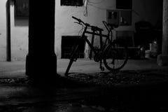 Skönhet av gatan i ett svartvitt foto Arkivfoto