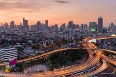 Skönhet av himmel efter solnedgång över genomskärningshuvudvägen med i stadens centrum bakgrund för stad Fotografering för Bildbyråer