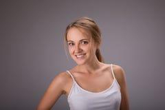 Skönhet av kvinnan med inget smink på grå bakgrund i studiofoto Ny ren blick sund hud arkivfoto