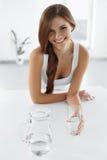 Skönhet bantar begrepp Lyckligt le kvinnadricksvatten hälsa Royaltyfria Foton