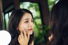 Skönhet begrepp för livsstil för hudomsorg Ung asiatisk kvinna med akne fotografering för bildbyråer