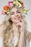 Skönhet danar ståenden Härlig kvinna med lockigt hår, makeup Arkivbilder
