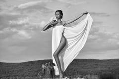 Skönhet danar ståenden Nätt flicka med vinflaskan över himmel Arkivfoto