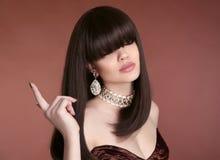 Skönhet guppar hår Vogue frisyr Modemanikyr Stående av royaltyfria foton