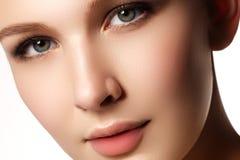 skönhet isolerad ståendewhite Härlig brunnsortkvinna Ren skönhetmodell Isolat Arkivfoton
