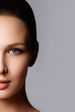 skönhet isolerad ståendewhite Härlig brunnsortkvinna Ren skönhetmodell Rent B Royaltyfri Foto