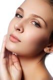 skönhet isolerad ståendewhite Härlig brunnsortkvinna Ren skönhetmodell Rent B Arkivbilder