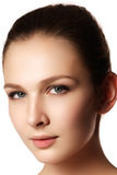 skönhet isolerad ståendewhite Härlig brunnsortkvinna Ren skönhetmodell Rent B Royaltyfria Bilder