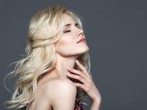 skönhet isolerad ståendewhite Härlig kvinna som trycker på henne hals royaltyfri fotografi