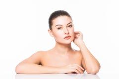 skönhet isolerad ståendewhite Härlig Spa kvinna som trycker på hennes framsida Ren skönhetmodell bakgrund isolerad white Ren skön Arkivfoton