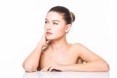 skönhet isolerad ståendewhite Härlig Spa kvinna som trycker på hennes framsida Ren skönhetmodell bakgrund isolerad white Ren skön Royaltyfri Bild