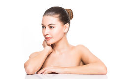 skönhet isolerad ståendewhite Härlig Spa kvinna som trycker på hennes framsida Ren skönhetmodell bakgrund isolerad white Ren skön Arkivbild