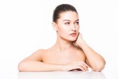 skönhet isolerad ståendewhite Härlig Spa kvinna som trycker på hennes framsida Ren skönhetmodell bakgrund isolerad white Ren skön Arkivbilder