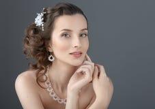 skönhet isolerad ståendewhite härligt vänd henne som mot trycker på kvinnan Perfekta Fres royaltyfri fotografi
