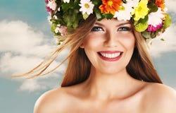 Skönhet med blommakranen Royaltyfri Bild