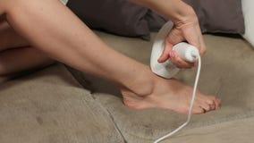 Skönhet och begrepp för hudomsorg Kvinna som hemma använder laser-epilatoren för hårborttagningstillvägagångssätt Photoepilation  lager videofilmer