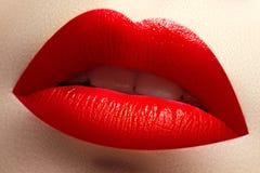 Skönhet och brunnsortsalong Närbild av härliga sexiga röda kanter Arkivfoto