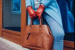 Skönhet och danar Stilfullt lag och handskar för trendig kvinna som bärande rymmer den bruna påsehandväskan arkivbilder