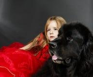 Skönhet och fäflickan med den stora svarta vatten-hunden Royaltyfri Bild