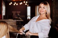 Skönhet- och för håromsorg begrepp Bärande vit skjorta för härlig gladlynt blond kvinna som gör till hennes utforma för flickvänh arkivbilder
