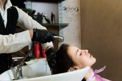 Skönhet och folkbegrepp - lycklig ung kvinna med frisörtvagninghuvudet på hårsalongen royaltyfri fotografi
