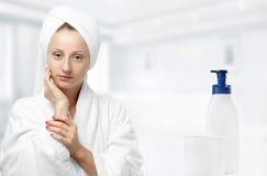 Skönhet och hudomsorg Kvinna efter brunnsortterapi royaltyfria bilder