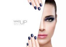 Skönhet och makeupbegrepp Blått spikar konst och smink Arkivfoton