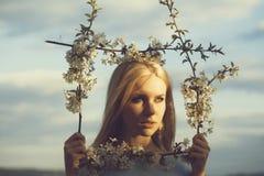 skönhet och mode, brunnsort och kopplar av, våren och sommarnaturen royaltyfri bild