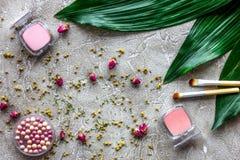 Skönhet och mode med dekorativa skönhetsmedel för smink på modell för bästa sikt för stentabellbakgrund arkivbilder