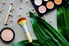 Skönhet och mode med dekorativa skönhetsmedel för smink på modell för bästa sikt för stentabellbakgrund royaltyfri fotografi