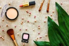 Skönhet och mode med dekorativa skönhetsmedel för smink på modell för bästa sikt för stentabellbakgrund royaltyfria bilder