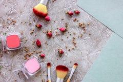 Skönhet och mode med dekorativa skönhetsmedel för smink på stenen bordlägger modellen för den bästa sikten för bakgrund royaltyfri bild