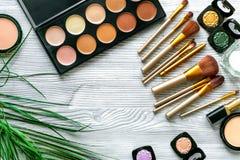 Skönhet och modebegrepp med dekorativa skönhetsmedel på bästa sikt för tabellbakgrund royaltyfria foton
