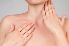 Skönhet och skincarebegrepp Härlig kvinna som trycker på henne hals fotografering för bildbyråer