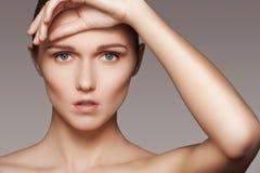 Skönhet, skincare & naturligt smink Kvinnamodellframsida med ren hud, ren anlete Royaltyfria Foton