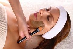 skönhet som får maskeringsbehandlingkvinnan Royaltyfri Fotografi